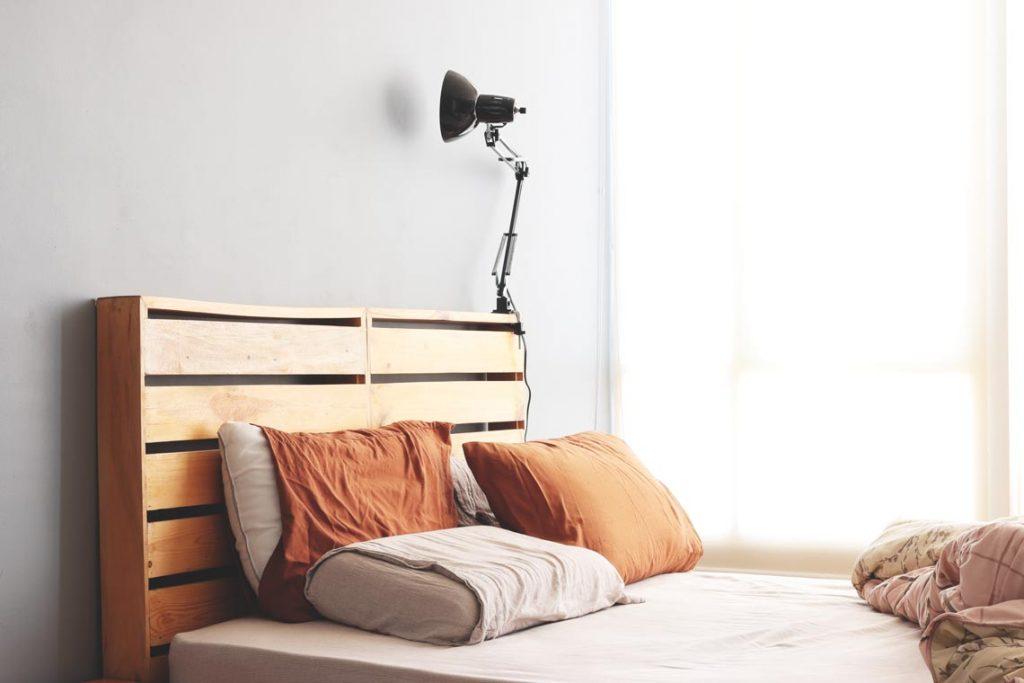 cabeceira de cama feita de paletes