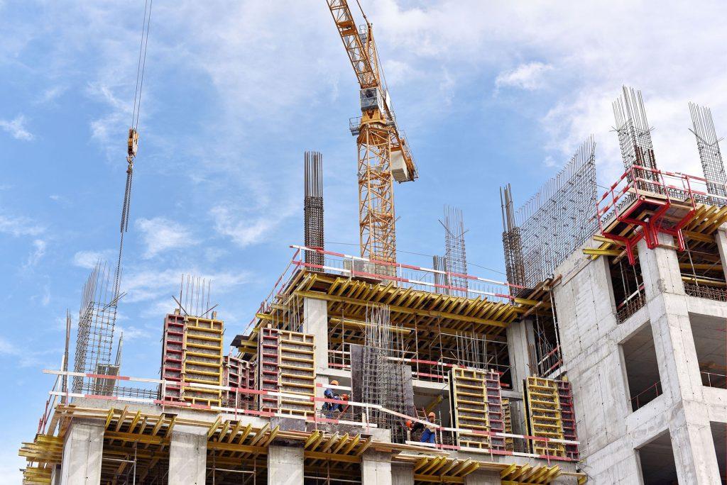 Normas de desempenho do Portal dos Mares obra com grua construção
