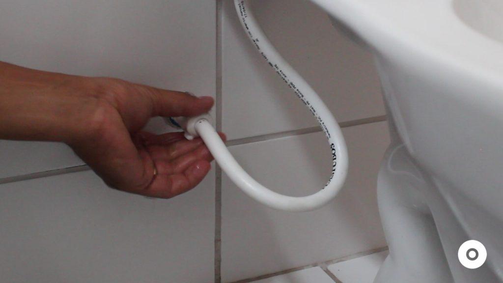 assistencia tecnica como consertar o vazamento no engate flexível do vaso sanitário (8)